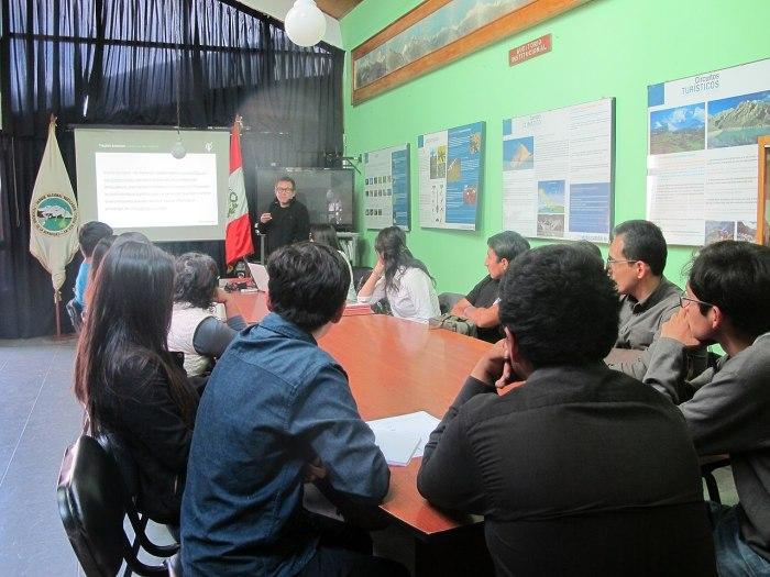 1280px-Taller_de_edición_en_las_oficinas_del_Parque_Nacional_Huascarán_en_Huaraz