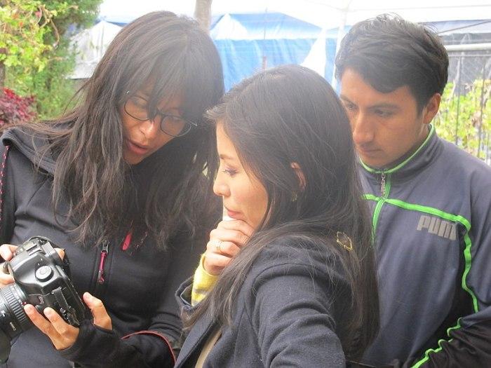 800px-Taller_de_fotografía_botánica_en_el_Parque_Lítico_de_Huaraz,_explicando_el_uso_de_cámara